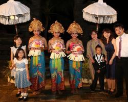 female legong dancers