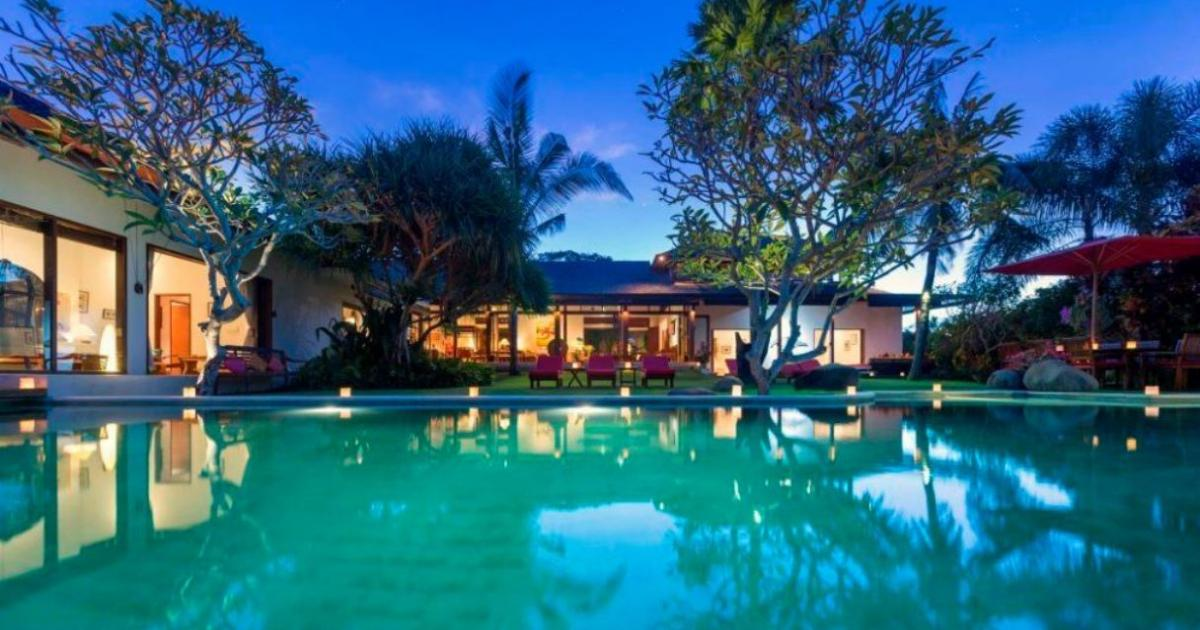 Villa Paloma at night